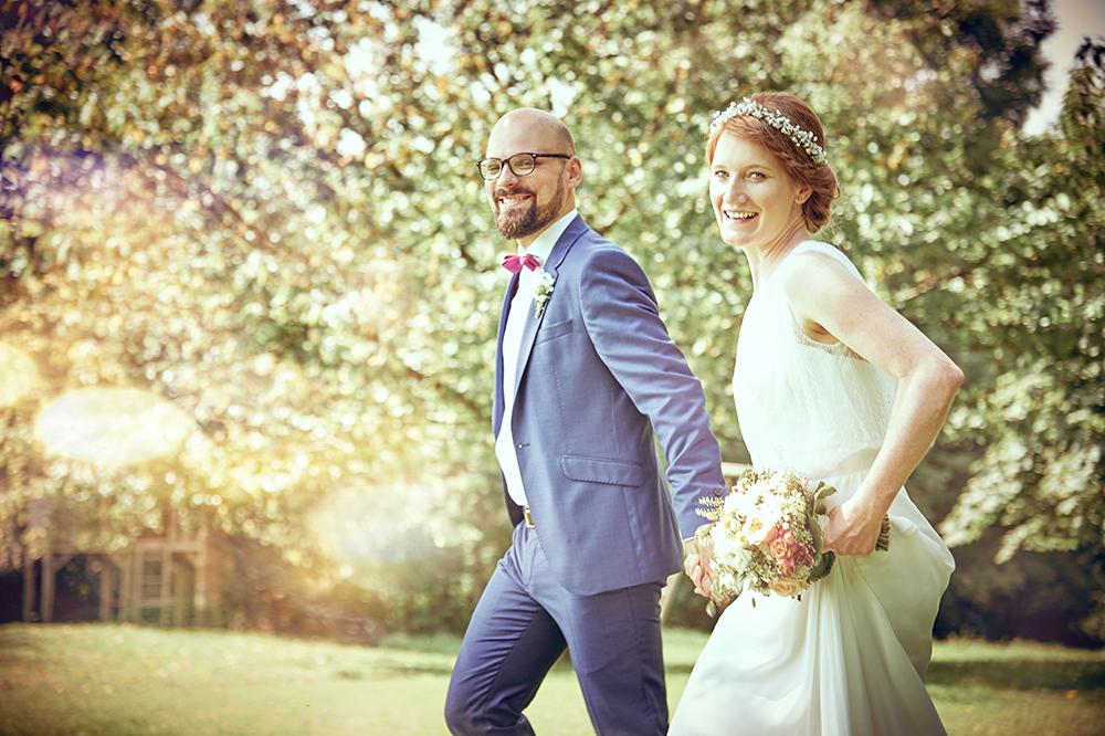 brautpaar, gehen, laufen, bäume, romantisch