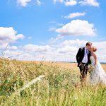 brautpaar, kornfeld, blauer himmel, kuss,